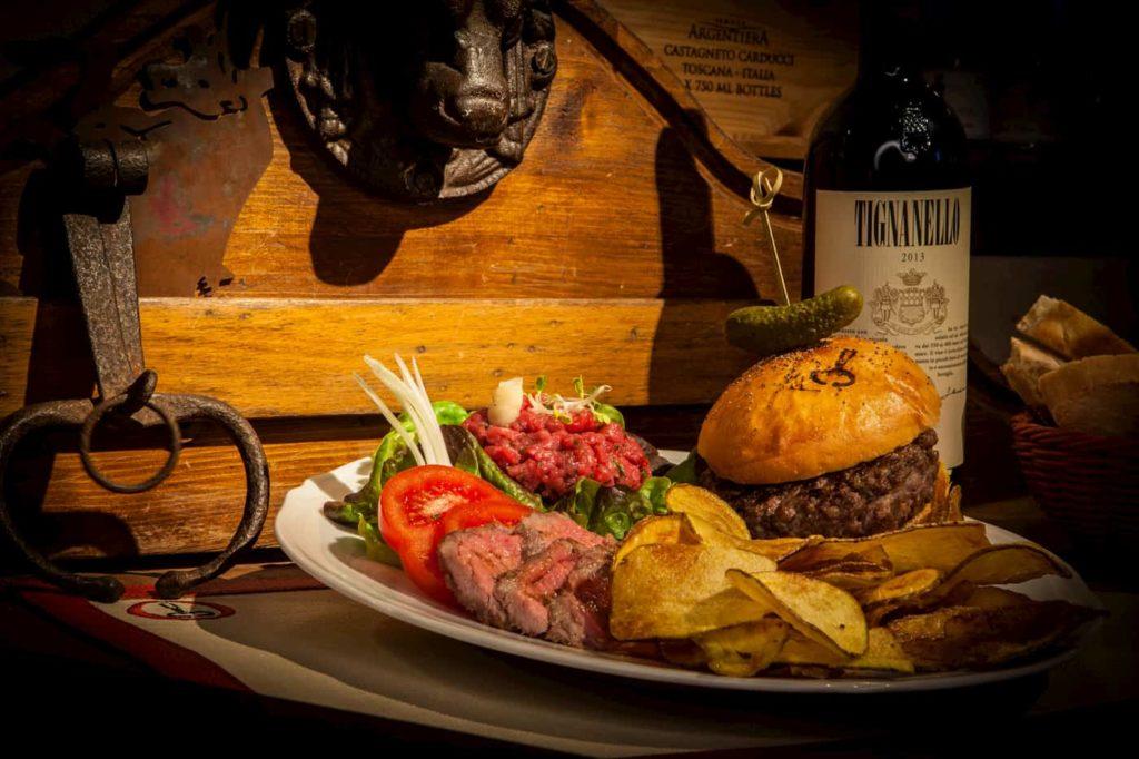 piatto con hamburger di chianina